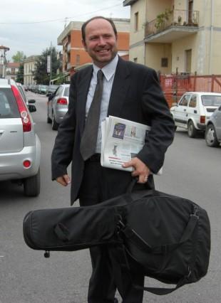 prof-mesolella-con-chitarra-pace-agnese-ginocchio