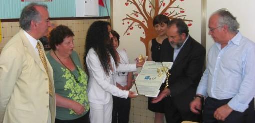 Agnese Ginocchio consegna Attestato premio Croce Pace a Raimondo