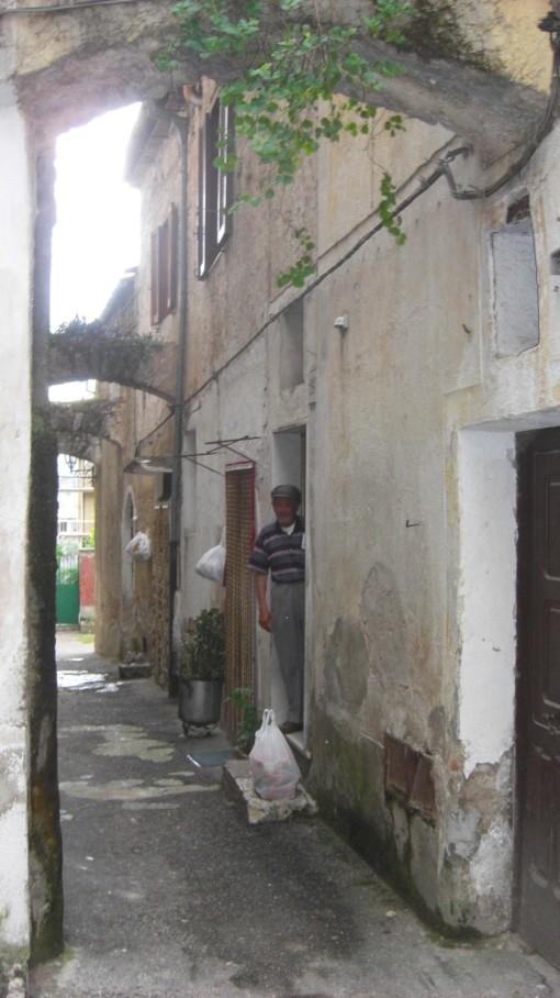 Armando Di Meo 2 davanti l'ingresso vicolo di casa sua
