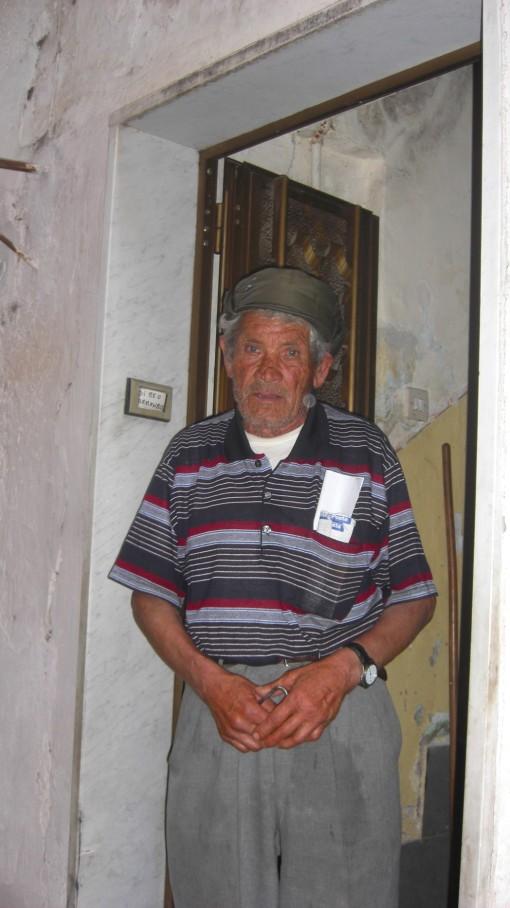 Armando Di MEo davanti l'ingresso di casa sua