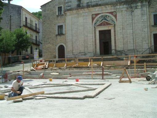 Alcuni momenti dei lavori eseguiti in piazza a Filignano