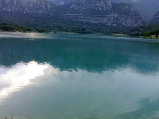 veduta del lago di Castel San Vincenzo in piena