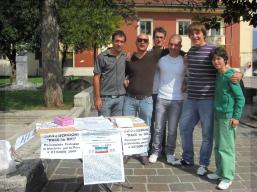 Luca Comparone e amici al banchetto Iscrizioni Pace in Bici Alife