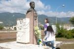 Simona depone fascio fiori Pace a monumento d'Acquisto