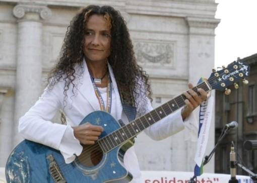 Agnese Ginocchio canta a l'Aquila pzza duomo