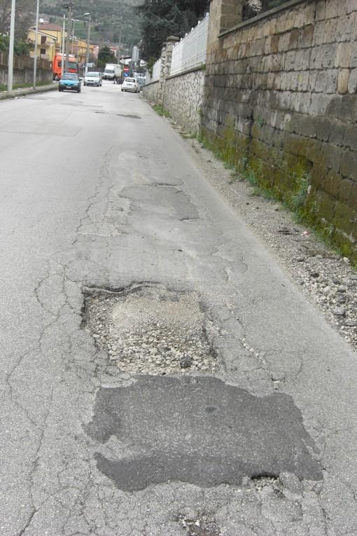 buca pericolosa profonda san leucio strada pienda di buche