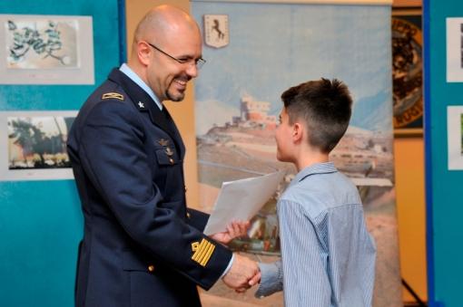 Il Comandante del 9° Stormo Colonnello pilota Maurizio Cocci consegna il p remio Giuria Popolare
