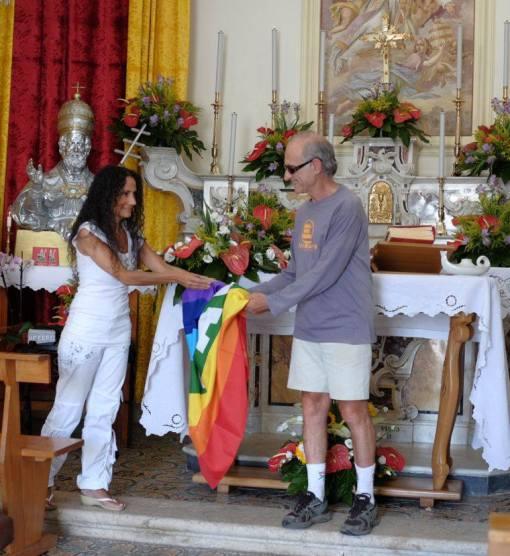 Agnese Consegna Bandiera Pace a Carlo anno 2013