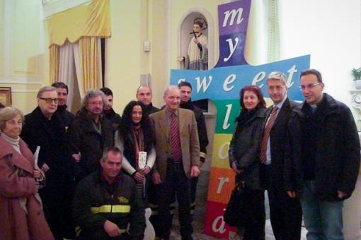 Foto gruppo finale davanti alla Croce della Pace