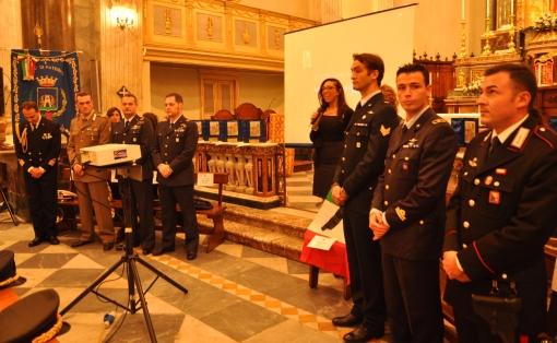Accanto alla moderatrice Il Sergente Giorgio Vivenzio in attesa della premiazione